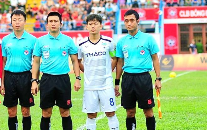 Ông Hoàng Ngọc Hà là trọng tài FIFA, thuộc dạng HLV có tên tuổi. Nhưng riêng trận này, dường như ông cùng các trợ lý đã không theo kịp trận đấu. (Ảnh: Facebook nhân vật)