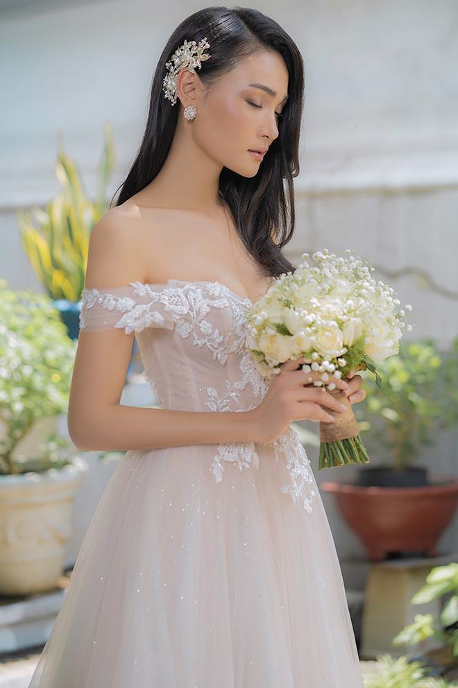 Mẫu váy cưới trễ vai tôn vinh vòng 1 đẹp cho nàng dâu