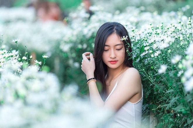 Vẻ trong sáng, nhẹ nhàng đúng tuổi 19 của Lương Thuỳ Linh.