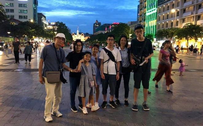 Cụ Oki (ngoài cùng, bên trái) chụp ảnh kỷ niệm cùng gia đình trong chuyến du lịch.
