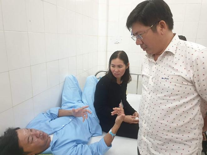 Ông Đặng Văn Vũ – Chi cục phó Chi cục thi hành án huyện Cái Nước (Cà Mau) đang nằm điều trị tại bệnh viện. Ảnh: Thanh Niên