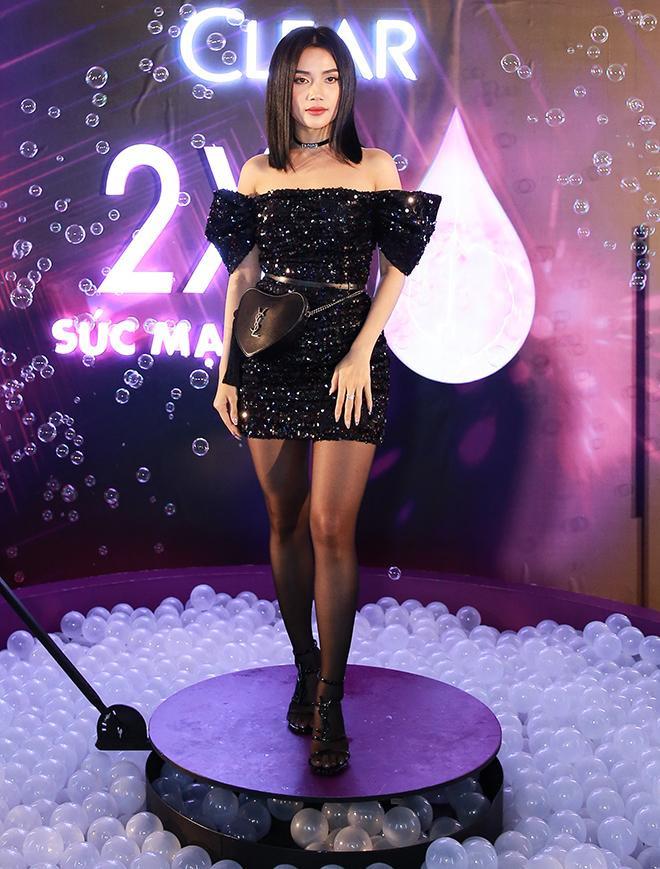 Cô nàng còn gây ấn tượng với choker Dior và túi YSL.