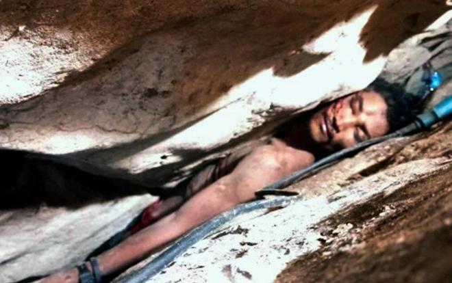 Sum Bora mắc kẹt giữa khe núi suốt nhiều ngày trước khi được em trai tìm thấy.