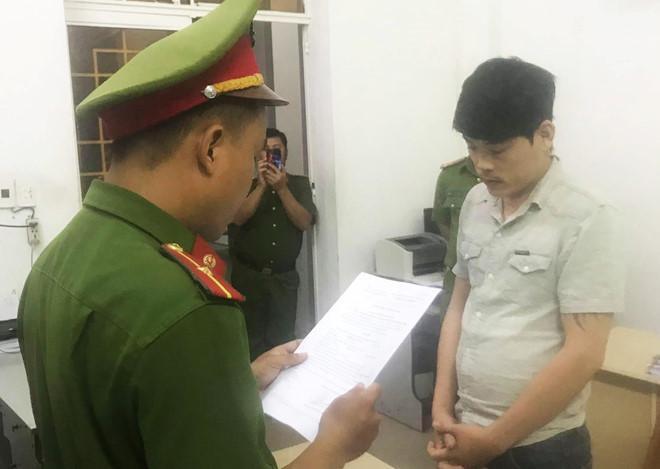 Công an tống đạt lệnh bắt tạm giam Dũng – đối tượng liên quan vụ dọa giết cả gia đình để đòi nợ ở Đà Nẵng. (Ảnh: Zing).