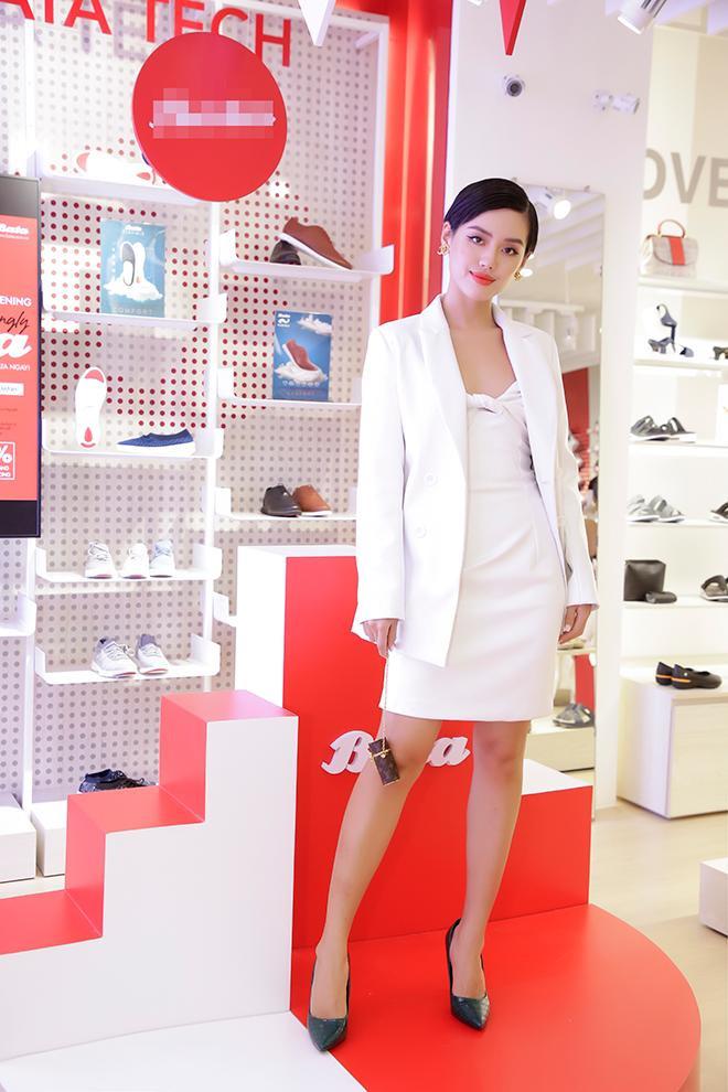 Khánh Linh chuẩn quý cô với set đồ trắng tinh