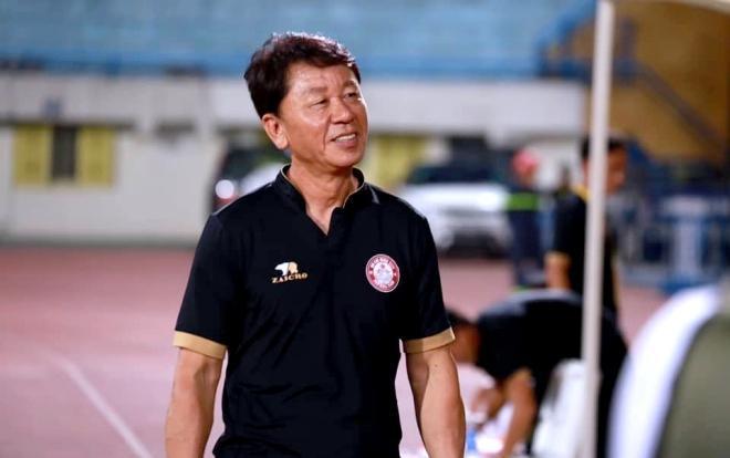 """HLV trưởng CLB TP.HCM – ông Chung Hae Soung cho biết ông đã nghe câu chuyện """"5 đánh 1"""" của bầu Đức những không biết 5 đội bóng đó của ai."""