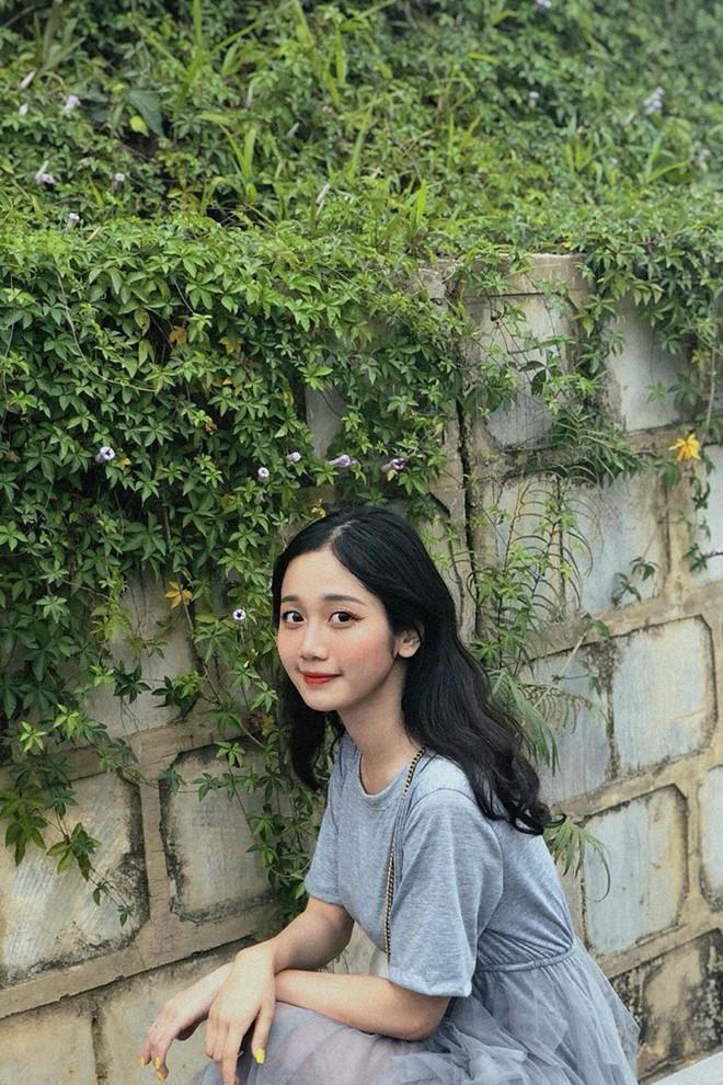 """Một số dân mạng khen Thảo có nét giống hot girl Jun Vũ, song nữ sinh Lào Cai nói: """"Mình không so với chị ý được! Jun Vũ là một hình mẫu con gái toàn diện: xinh đẹp, tài năng. Mình còn phải cố gắng nhiều lắm""""."""