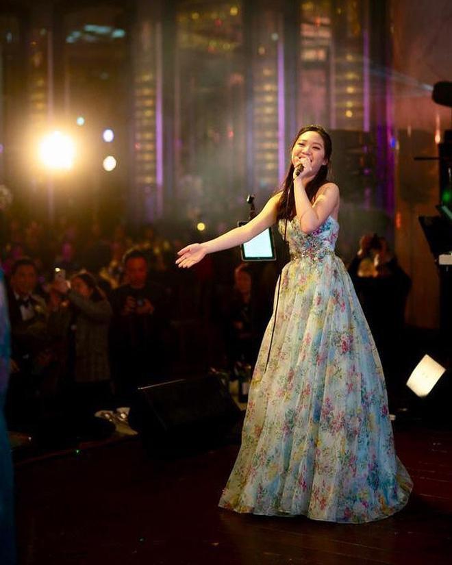 Được biết từ năm 10 tuổi, Chân Tế Như đã bộc lộ nhiều năng khiếu nghệ thuật như ca hát, đánh đàn và múa ballet