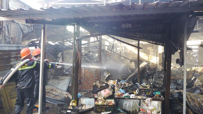 Chợ Cây Xăng (Bình Định) bất ngờ bốc cháy lúc rạng sáng 16/8. Ảnh: Thanh Niên