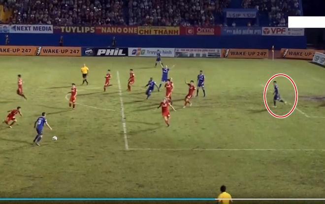 Trợ lý trọng tài Nguyễn Trung Nam bị đình chỉ vì sai lầm công nhận bàn thắng của CLB Bình Dương.