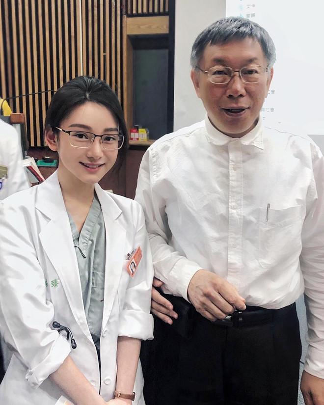 Cô là nữ sinh khoa Y, ĐH Sydney, Úc. Sau khi tốt nghiệp, cô trở về Đài Loan thực tập tại BV ĐH Quốc gia, nối nghiệp y khoa của gia đình. Đây cũng là ước mơ từ nhỏ của cô.
