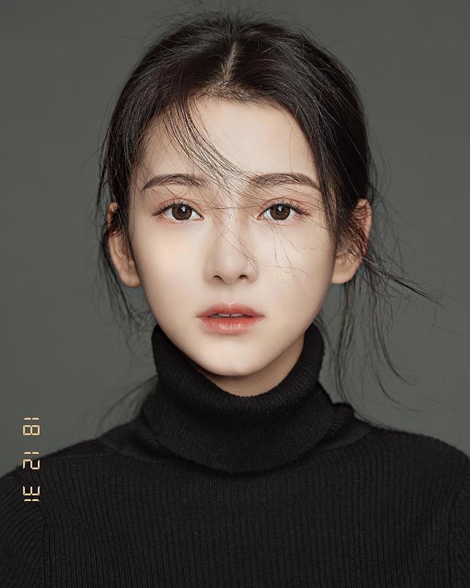 """Jen Lee (25 tuổi) từng gây chú ý khi loạt ảnh xinh đẹp của cô được nhiều tờ báo Trung Quốc đăng tải lại và gọi bằng cái tên mỹ miều """"Nữ thần y khoa xứ Đài""""."""