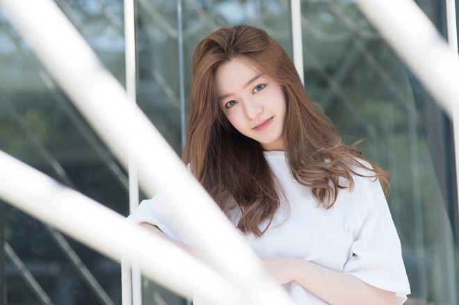 Nhờ vẻ đẹp thanh tú, cô đang có hơn 60 nghìn người theo dõi trên MXH, từng được trang Campus Star của Thái bình chọn là một trong những gương mặt nổi bật nhất tại ĐH Chulalongkorn.