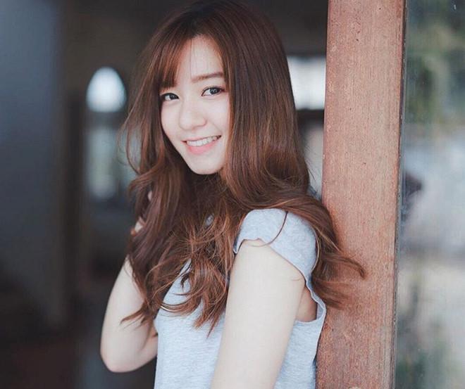 Prim Nasongkhla (nickname Toeyprim, 26 tuổi) là bác sỹ nha khoa làm việc tại tại phòng khám nha khoa ở thành phố Songkhkla, phía nam Thái Lan.Cô từng tốt nghiệp ĐH Chulalongkorn