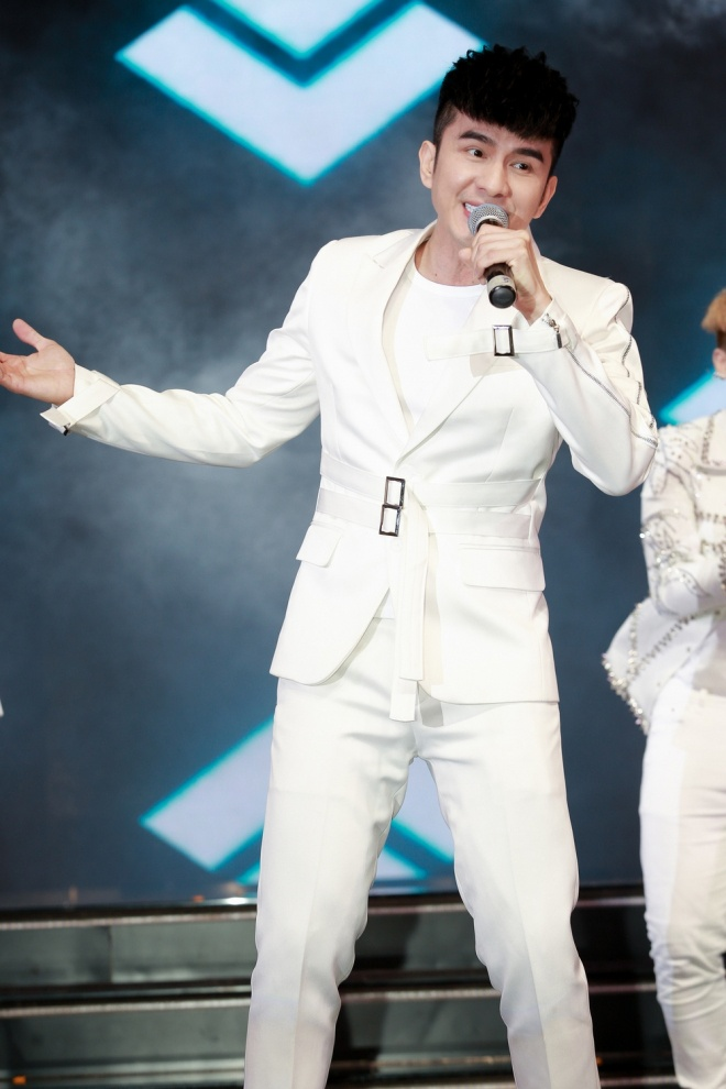 Anh Bo Đan Trường diện vest trắng bảnh bao trên sân khấu