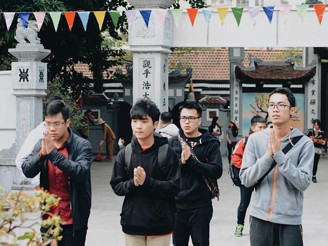 Nam thanh nữ tú cùng nhau lên chùa Hà cầu duyên. Ảnh tham Khảo