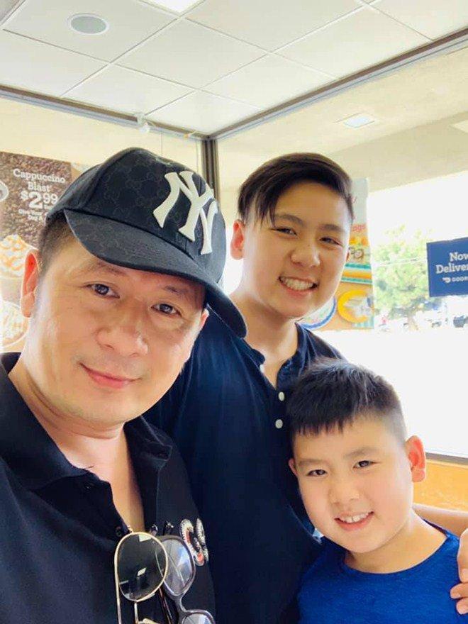Trong khi vợ cũ Trizzie Phương Trinh đưa con đi học thì ca sĩ Bằng Kiều đảm nhiệm nhiệm vụ đón các con về