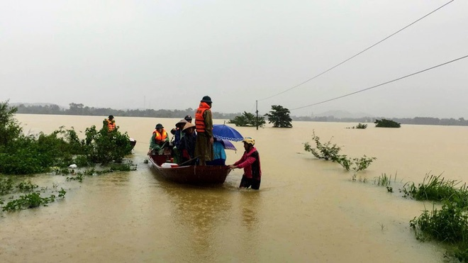 Chính quyền xã Lộc Yên đã dùng thuyền để đưa 2 sản phụ đến bệnh viện
