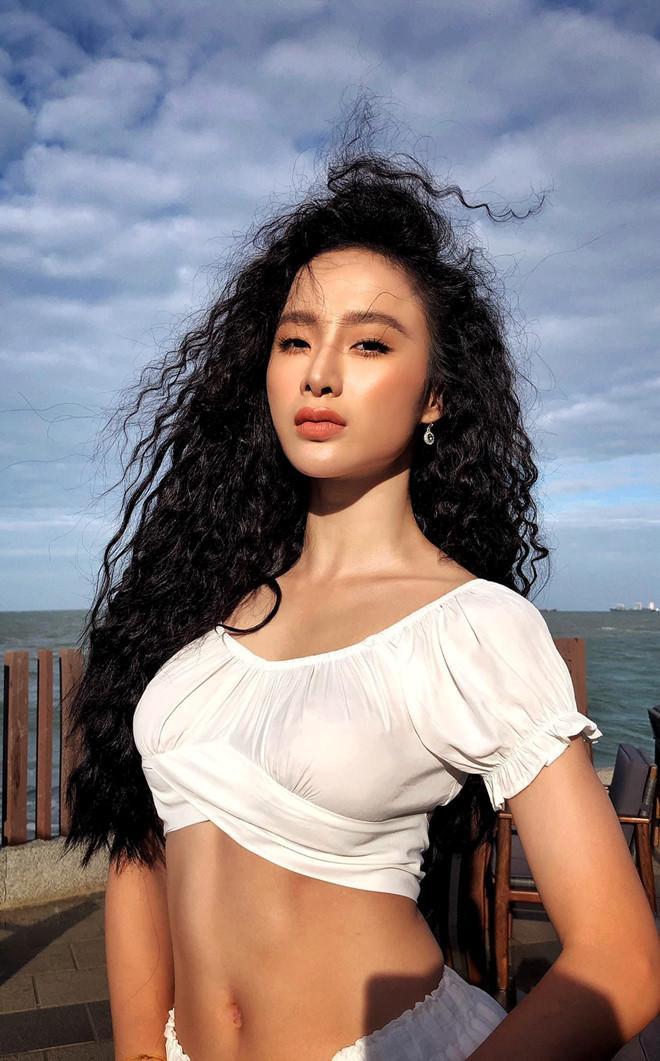 Không còn là vòng 1 'bức người' hay vòng 3 siêu khủng, lần này vòng eo phẳng lì săn chắc của Angela Phương Trinh đã trở thành 'spotlight' nhận được nhiều sự chú ý