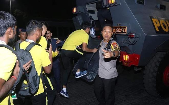 ĐT Malaysia phải rời sân Bung Karno bằng xe bọc thép.