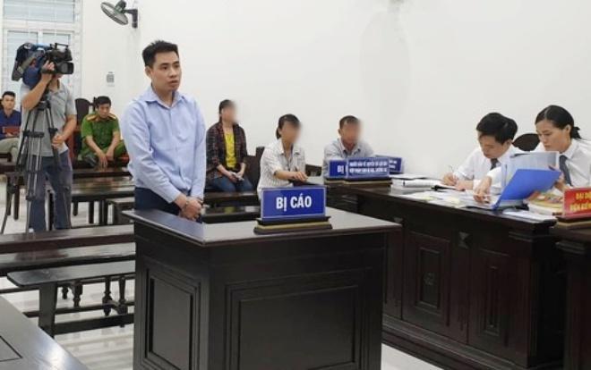 Anh M. cùng vợ có mặt tại phiên toà, anh ngồi ngay sau bị cáo.