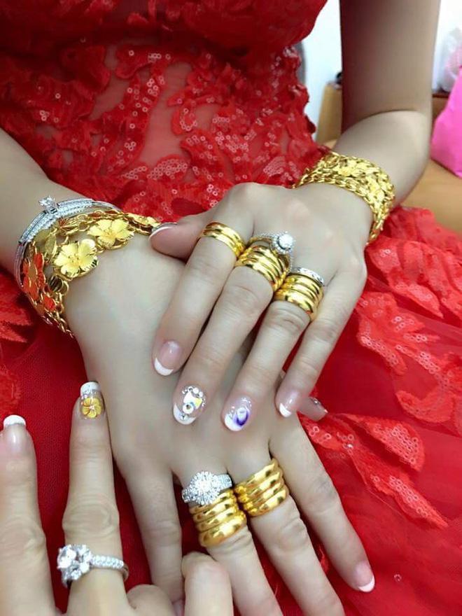 Hình ảnh cô dâu miền Tây đeo vàng trĩu nặng, được tặng rất nhiều vàng gây chú ý ảnh 5