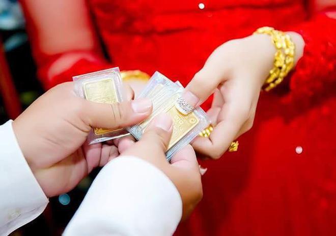 Hình ảnh cô dâu miền Tây đeo vàng trĩu nặng, được tặng rất nhiều vàng gây chú ý ảnh 4
