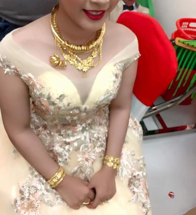 Hình ảnh cô dâu miền Tây đeo vàng trĩu nặng, được tặng rất nhiều vàng gây chú ý ảnh 2