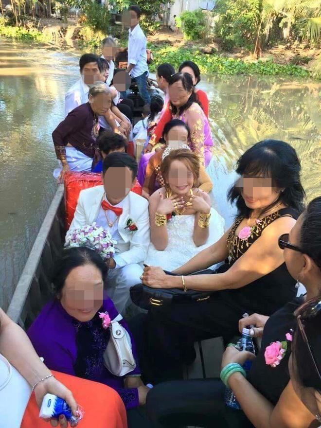 Hình ảnh cô dâu miền Tây đeo vàng trĩu nặng, được tặng rất nhiều vàng gây chú ý ảnh 0