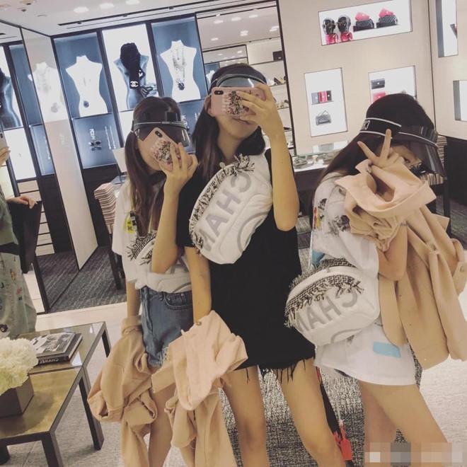 Ảnh selfie của Lý Yên cùng nhóm bạn thân, trên người của các cô bé toàn là những trang phục hàng hiệu