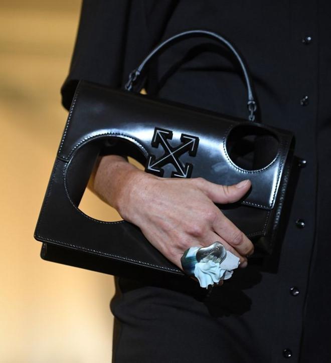 Kiểu túi gây tranh cãi xuất hiện lần đầu tại Paris Fashion Week