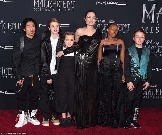 Angelina Jolie cùng 5 người con nhỏ là Pax Thien, Zahara, Shiloh, cặp song sinh Knox - Vivienne rạng rỡ tại lễ ra mắt phim