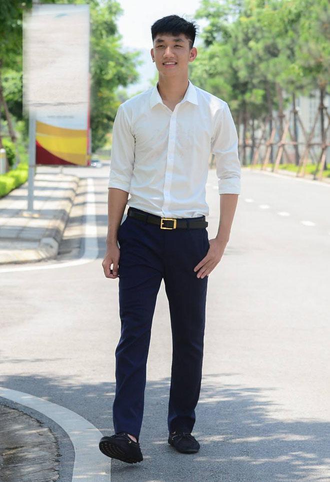 Nếu không theo nghiệp quần đùi áo số, Trọng Đại hoàn toàn có thể trở thành một siêu mẫu. Chàng cầu thủ CLB Viettel sở hữu chiều cao lý tưởng 1m84 cùng một gương mặt thư sinh, điển trai.