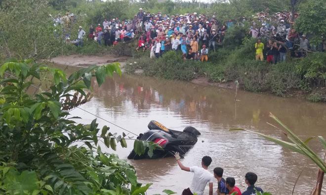 Chiếc xe được trục vớt lên bờ. Ảnh: Vietnamnet