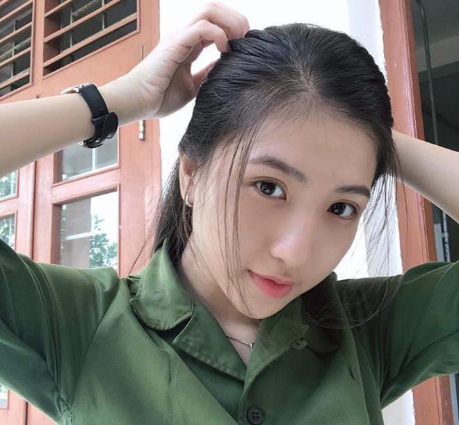 Cô bạn xinh xắn trong đồng phục quân sự này là Huỳnh Khả Vy (sinh năm 1999, tại Cần Thơ). Vy hiện là sinh viên ngành Dược, ĐH Y Dược Cần Thơ.Vy cao 1m65 sở hữu làn da trắng mịn, đôi mắt to cuốn hút người nhìn toát lên thần thái tự tin, thông minh. Vy tự nhận mình không có gì đặc biệt nên chưa từng tham gia các cuộc thi nhan sắc hoặc trở thành mẫu ảnh.