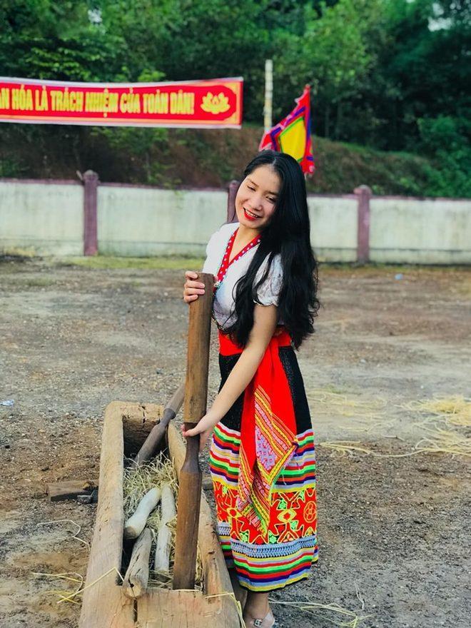 Được biết, cô gái trong ảnh là Nguyễn Thúy Vinh, nữ sinh lớp 12 trường THPT Tân Kỳ, Nghệ An. 10x cho hay vào ngày 17/9 vừa qua, cô đến lễ hội để tham quan và xem các tiết mục văn nghệ. Bức ảnh thu hút sự chú ý trên mạng xã hội là do anh trai của Vinh chụp.