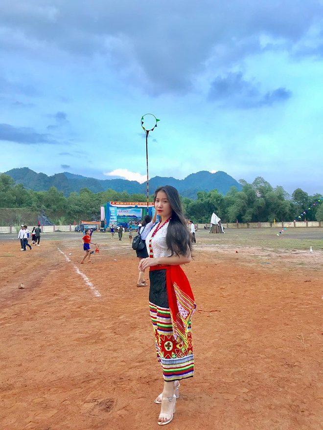 """Cuối tuần qua, dân mạng truyền tay nhau chia sẻ bức ảnh về cô gái trẻ mặc trang phục dân tộc Thái chụp ảnh trong lễ hội Bươn Xao ở huyện Tân Kỳ, Nghệ An. """"Xinh"""" và """"duyên"""" là những từ phổ biến xuất hiện trong phần bình luận."""