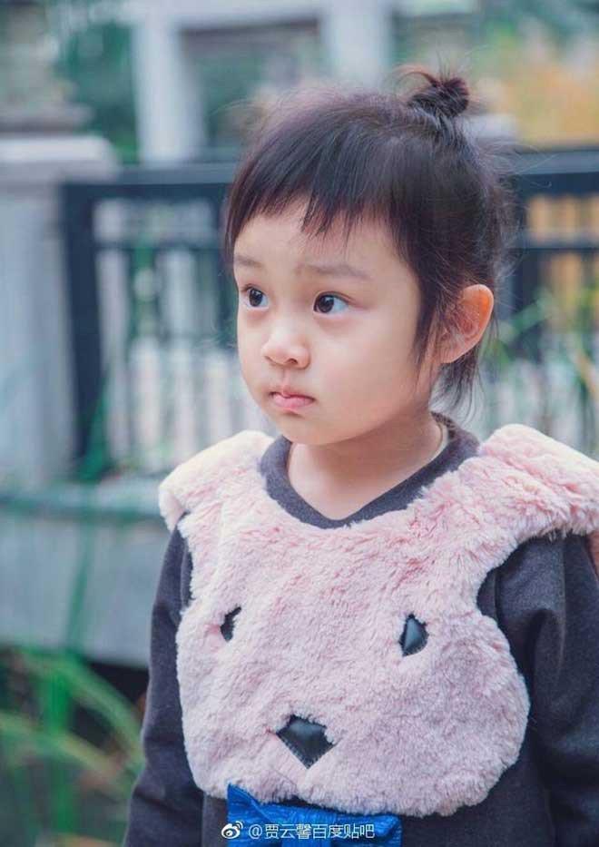 """Điềm Hinh đã trở thành sao nhí ngay từ khi mới 2 tuổi nhờ tham gia chương trình thực tế """"Siêu Nhân Trở Về"""" cùng với Giả Nãi Lượng, thời điểm đó cô bé bị đánh giá là """"không xinh""""."""