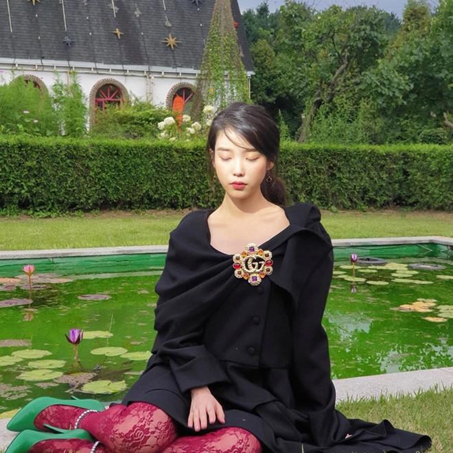 Môt chút ngọt ngào trong váy đen mix cùng với chất liệu ren, giày cao gót búp bê xanh lá cây cùng điểm nhấn là chiếc cài áo đậm sắc cầu vồng Gucci