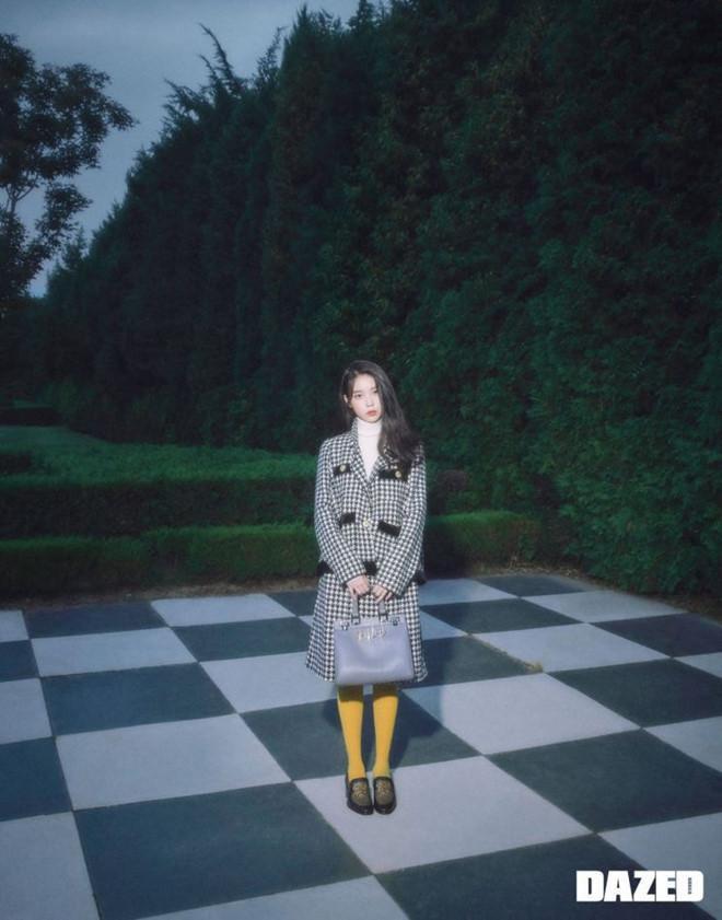 Khung cảnh lạnh lùng, ma mị giữa khu rừng cùng set đồ đậm chất Châu Âu Áo khoác Houndstooth cùng chân váy kẻ caro có giá hơn 122 triệu đồng phối cùng vớ vàng đặc sắc , đặc biệt kiểu túi mới tông màu pastel của nhà Gucci