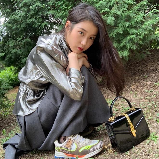 Trong bộ ảnh thời trang cao cấp này, khán giả dành tặng lời khen về biểu cảm cũng như các trang phục mà cô mặc trên người. Dòng túi mà cô xách kèm đang được săn đón hiện nay Sylvie 1969 Plexiglas mini top có mức giá 66 triệu đồng đến từ Gucci