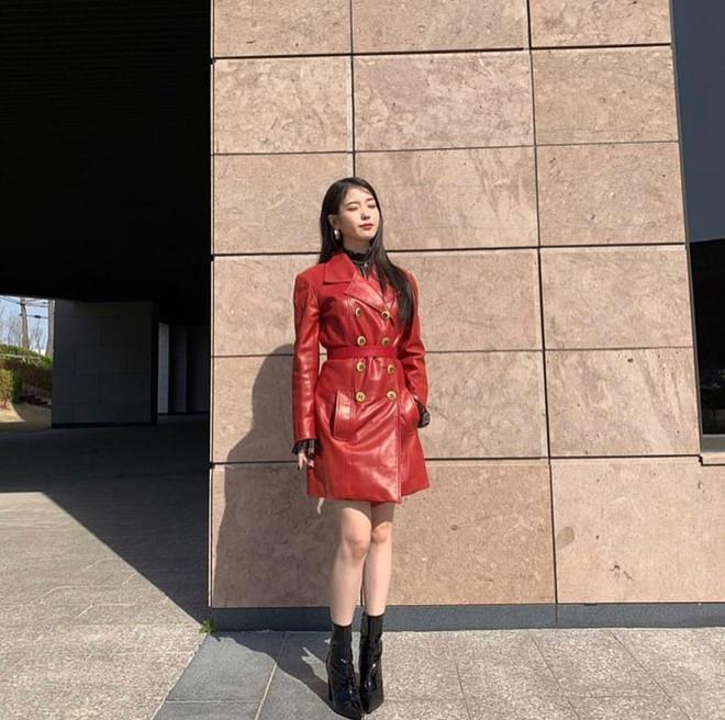 Chiếc áo da đỏ cực ngầu của Chanel có giá khoảng hơn 100 triệu VNĐ được người đẹp Hàn khoác trong phim