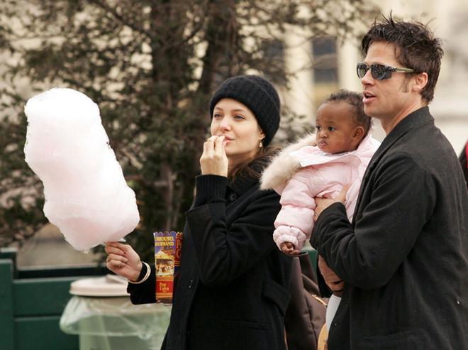 Zahara là con nuôi thứ 3 của cặp sao Jolie – Pitt (sau Maddox, Pax Thiên), từ khi được nhận nuôi, cô bé luôn được bố mẹ chăm sóc rất kỹ lưỡng.