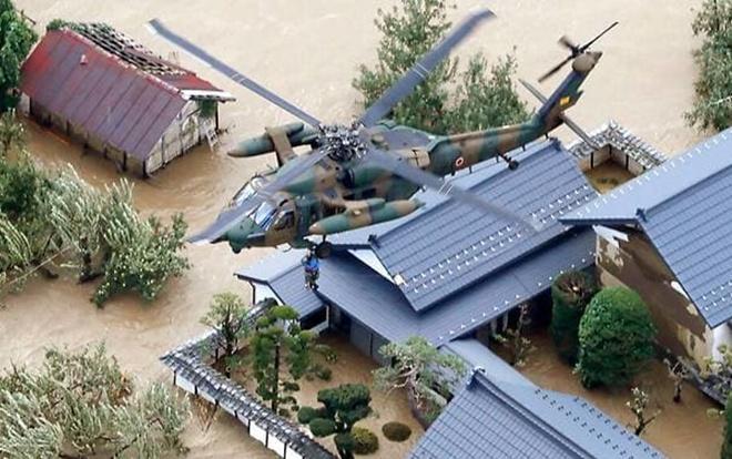 Nhật Bản điều động trực thăng cùng hàng nghìn binh sĩ tới cứu trợ những khu vực bị ảnh hưởng bởi bãoHagibis. Ảnh: Kyodo News/AP