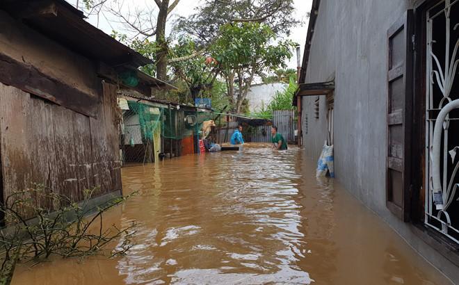 Nhiều nhà dân ngập sâu trong nước, gây thiệt hại tài sản. Ảnh: Thanh Niên