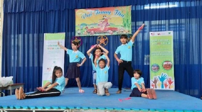 """Hoạt động ngoại khóa vui """"Đêm hội trăng rằm"""" gồm giao lưu văn nghệ, tổ chức cuộc thi làm lồng đèn, tặng quà cho các bé và nhà trường"""