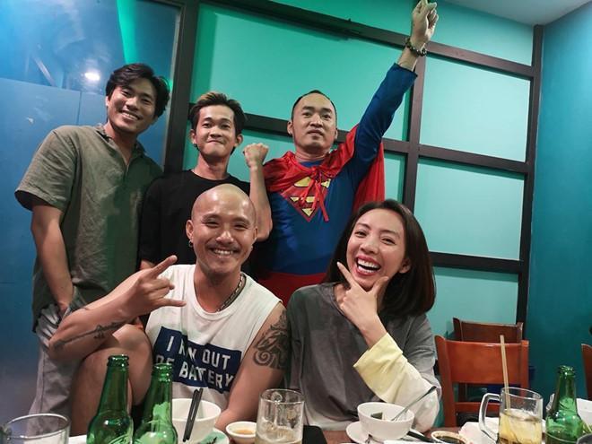 """Tiến Luật đăng ảnh cùng bà xã Thu Trang và những người bạn, khẳng định chắc nịch """"Việt Nam thắng 3-1. Đã bảo mà""""."""
