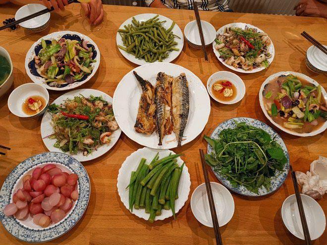 Vào đúng dịp sinh nhật của chính mình, Shark Hưng bay sang Séc và gây bất ngờ khi tự vào bếp nấu cho Thu Trang ăn những món đậm chất Việt.