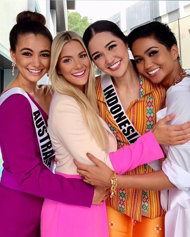 """Việc """"hủy kèo"""" hội họp chị em bạn dì và không có mặt ở đám cưới Hoa hậu Mỹ khiến nhiều fan tiếc nuối."""