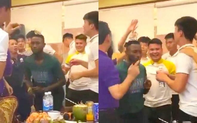 Clip Hoàng Vũ Samson nhảy cực chất cùng Quang Hải trước sự hò reo của cầu thủ Hà Nội.